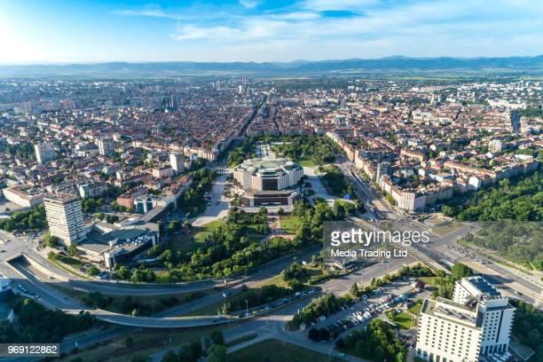 ソフィア市ダウンタウン地区春の中に文化の国民宮殿の超広い空中ドローン ショット