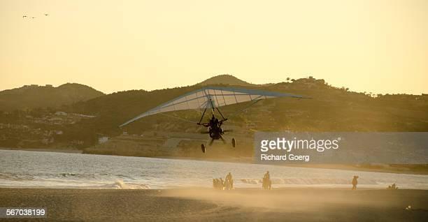 ultralight leaving the beach, mexico - aereo ultraleggero foto e immagini stock