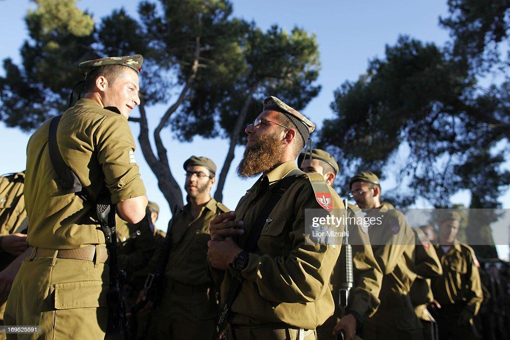 Graduation Ceremony For Ultra-Orthodox Soldiers : Nachrichtenfoto