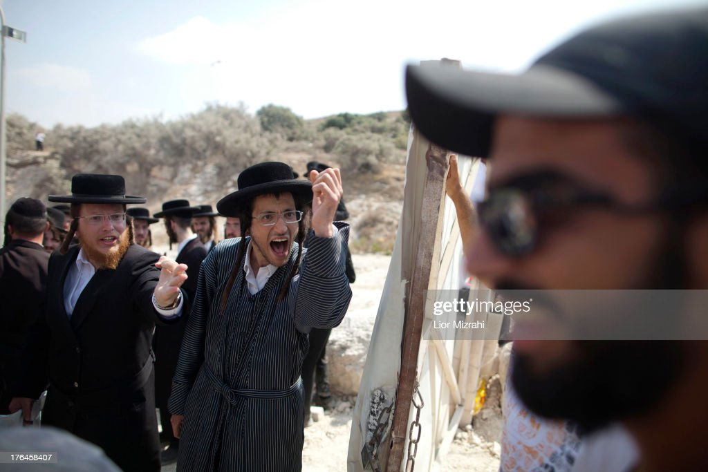Beit Shemesh New Construction: Ultra-Orthodox Jewish Men Argue With Security During A