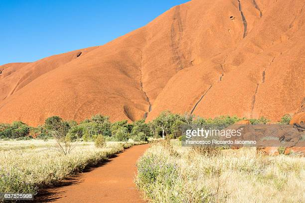uluru, base walk. red center, australia - francesco riccardo iacomino australia foto e immagini stock