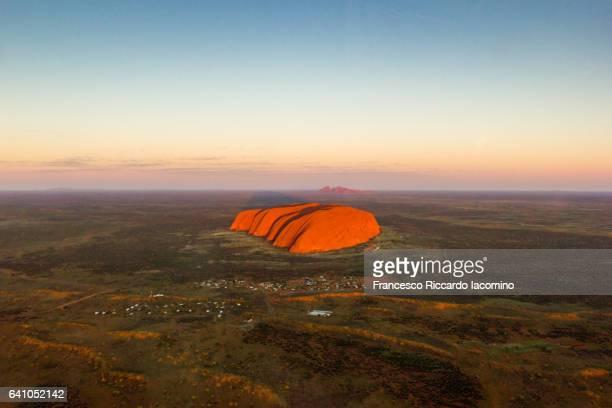 uluru, red center. australia - francesco riccardo iacomino australia foto e immagini stock