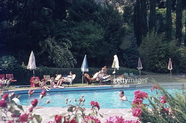 CH um 1964 Gäste am Hotelswimmingpool