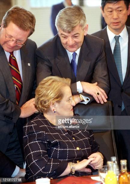 Um den Stuhl der US-Außenministerin Madeleine Albright versammeln sich vor Beginn der zweiten Arbeitssitzung der Außenmister der G-8-Staaten am...