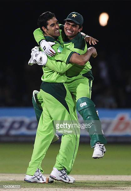 Umar Gul of Pakistan celebrates the final wicket of Stuart Broad of England with Kamran Akmal during the 4th NatWest One Day International between...