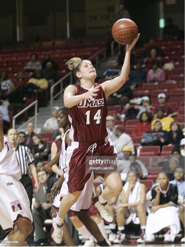 NCAA Women's Basketball - Massachusetts vs Temple - January 4, 2005 : ニュース写真