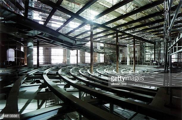 Umbauarbeiten im Reichstag nach Plänen des Architekten Norman Foster Blick in den zukünftigen Plenarsaal Januar 1998