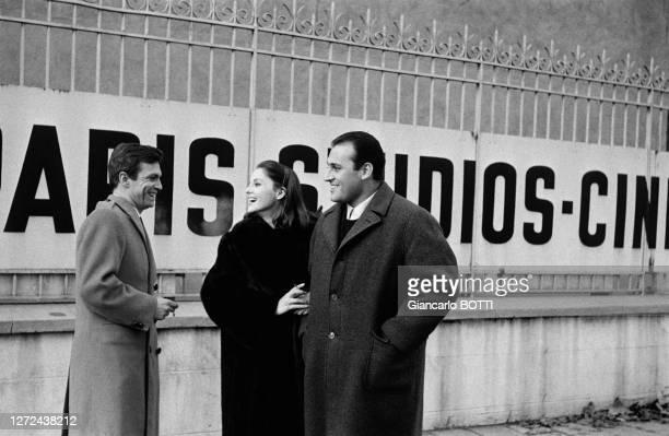 Umberto Orsini avec Virna Lisi et son mari Franco Pesci devant les locaux de Paris Studios Cinéma, en janvier 1963.