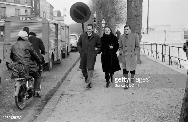 Umberto Orsini avec Virna Lisi et son mari Franco Pesci se rendant au Paris Studios Cinéma, en janvier 1963.