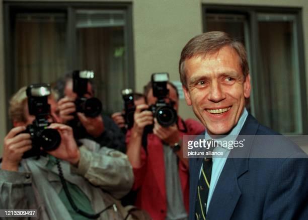 Umbildung des bayerischen Kabinetts: Der scheidende bayerische Finanzminister Georg von Waldenfels - hier umringt von Journalisten auf dem Weg zur...