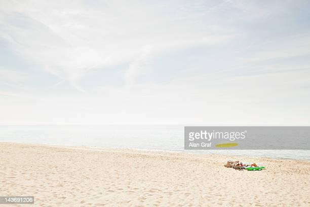 ombrelloni e asciugamani sulla spiaggia - ombrellone da spiaggia foto e immagini stock