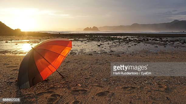 umbrella at sandy beach during sunset - harli stock pictures, royalty-free photos & images