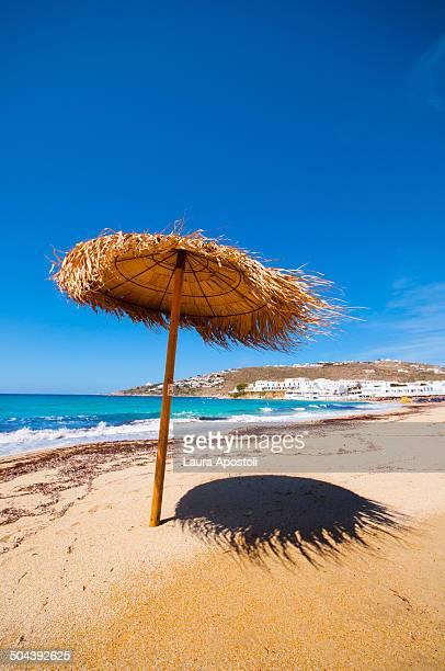 umbrella beach in mykonos - ver a hora stockfoto's en -beelden