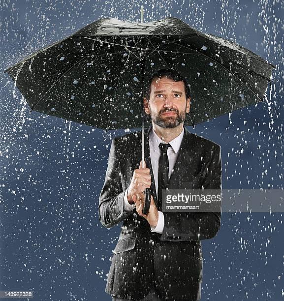 homme au parapluie fausse sécurité - pluie humour photos et images de collection