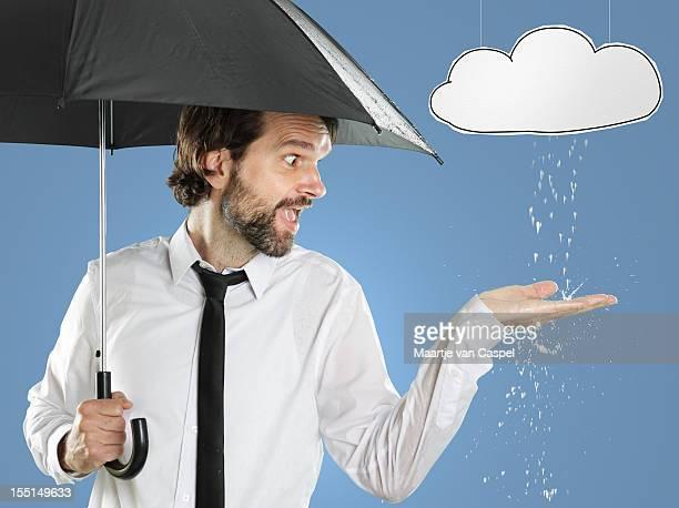 homme au parapluie pluie locaux - pluie humour photos et images de collection