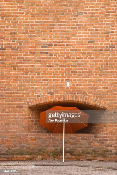 Regenschirm Neben dem old brick wall