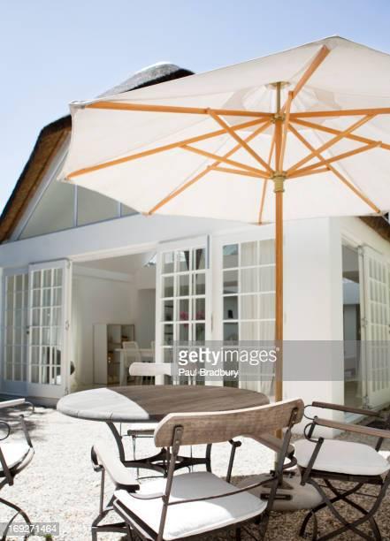 Regenschirm auf einem Tisch im Garten