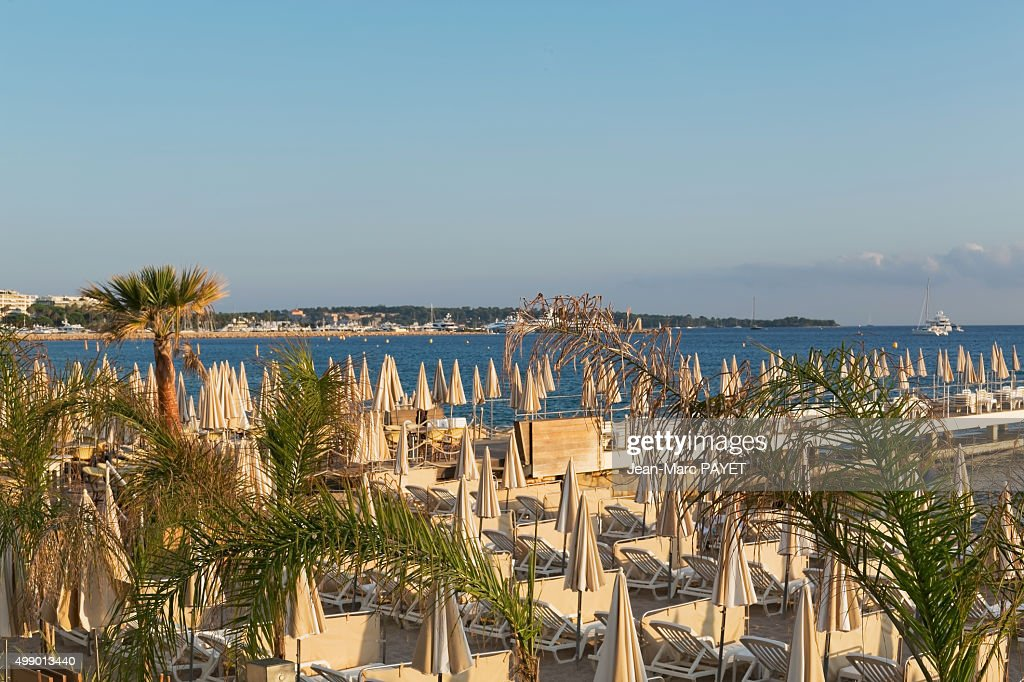 Umbrellas and beach chairs on the beach, Cannes, French Riviera : Foto de stock