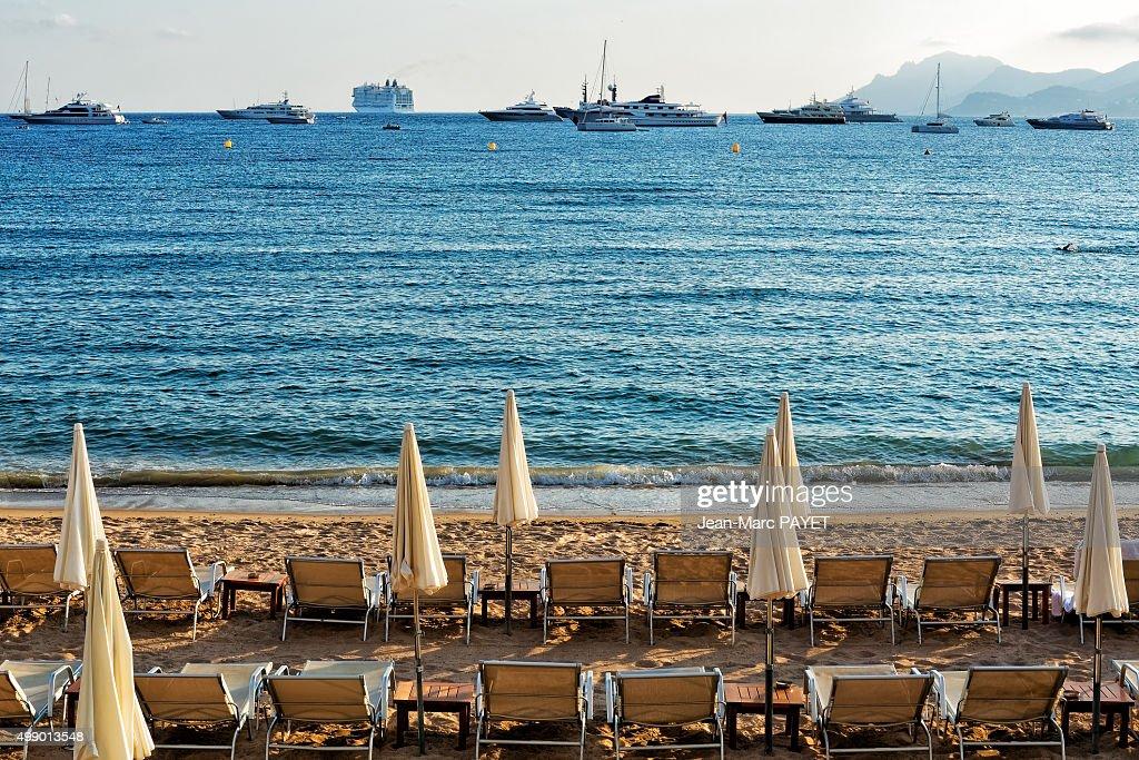 Umbrellas and beach chairs on the beach : Photo