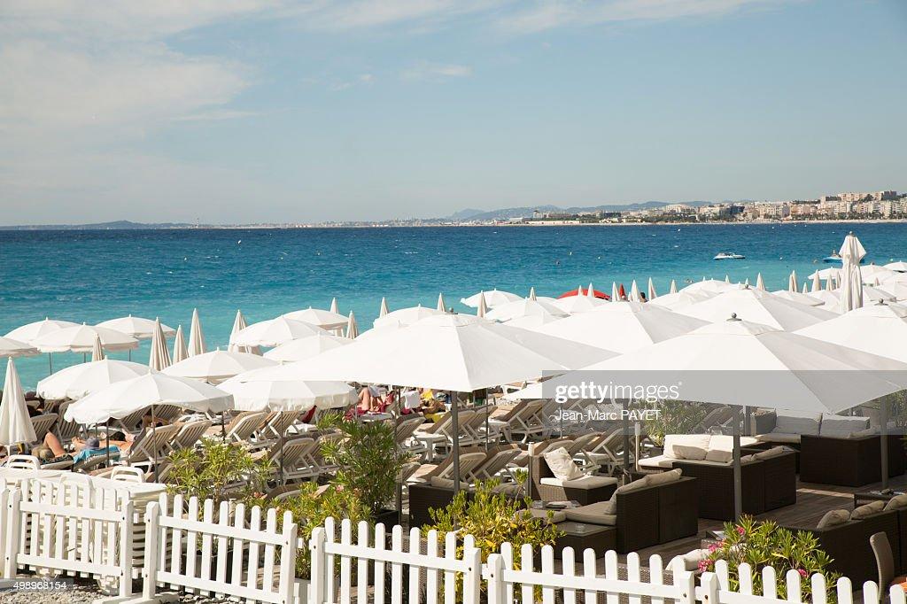Umbrellas on the beach in Nice, French Riviera : Foto de stock