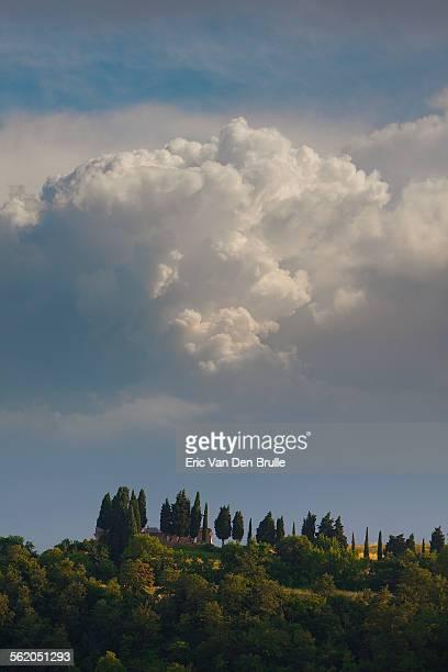 umbria landscape with clouds - eric van den brulle stock-fotos und bilder