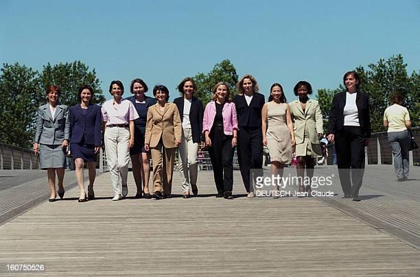 Ump Invested Candidates Get Together On The Solferino Bridge For Paris Match A Paris le 1er juin 2002 Onze femmes candidates UMP aux élections...