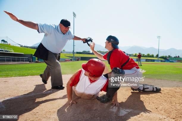 umpire declaring runner safe - 審判員 ストックフォトと画像