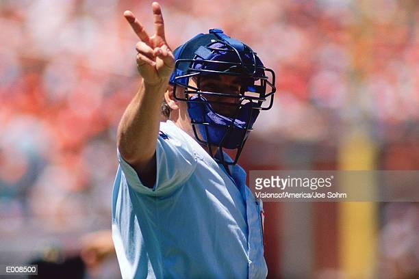 umpire holding up signal with hand - 線審 ストックフォトと画像