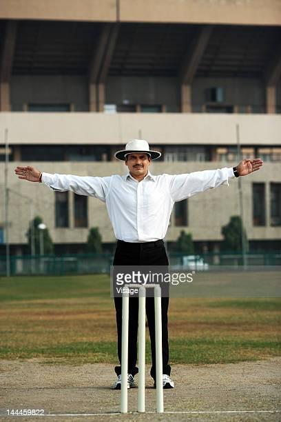 Umpire signaling wide
