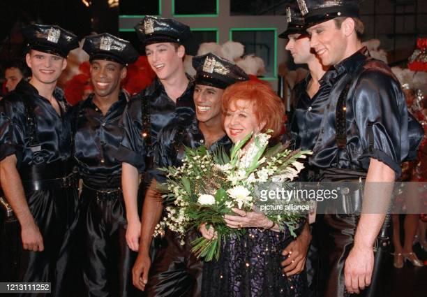 Umringt von Balletttänzern des Theaters des Westens steht Brigitte Mira am 8.9.2000 in Berlin auf der Bühne. Die deutsche Schauspielerin feiert am...