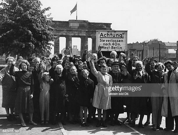 Umsiedler aus den in Polen liegenden ehemaligen deutschen Ostgebieten vor dem Brandenburger Tor Berlin Mai 1956