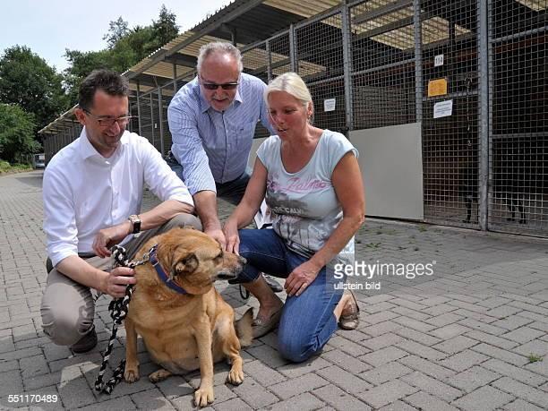 Umweltminister Reinhold Jost besucht der BerthaBruchTierheim in Saarbrücken Im Bild Josephine Mathis erste Vorsitzende des Tierschutzvereins 1924 eV...