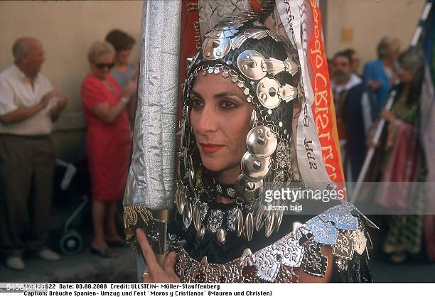Umzug und Fest `Moros y Cristianos` zur Erinnerung an die von maurischen Herrschern geprägte Geschichte Spaniens in Valencia Teilnehmerin des Umzugs...
