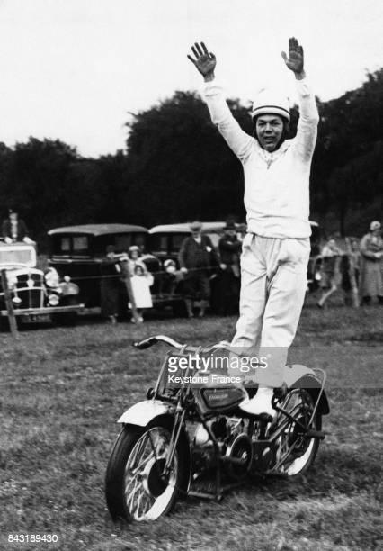 Un acrobate conduit sa moto sans les mains le 22 juillet 1935 à Crieff RoyaumeUni