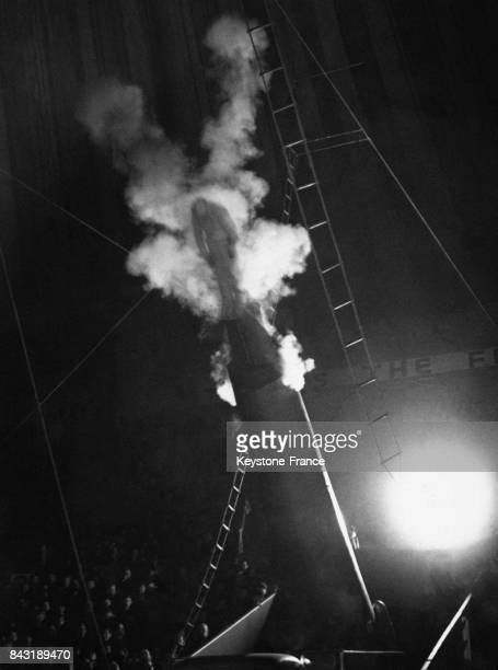 Un acrobate du Bertram Mills Circus est catapulté par un tir au canon le 16 décembre 1948 à Londres RoyaumeUni