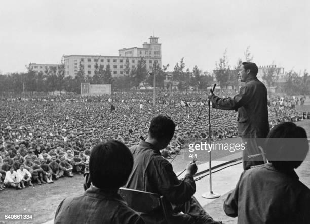 Un acteur de l'opéra de Pékin interprète des chants révolutionnaires aux soldats et Gardes rouges le 8 août 1974 à Haikou Chine