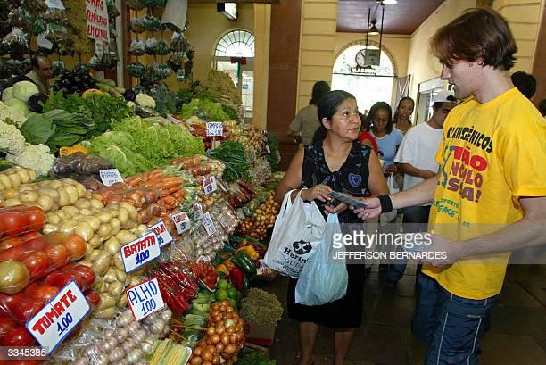 Un activista del Greenpeace informa al publico cuales son las empresas que comercializan alimentos transgEnicos en un mercado del centro de Porto...