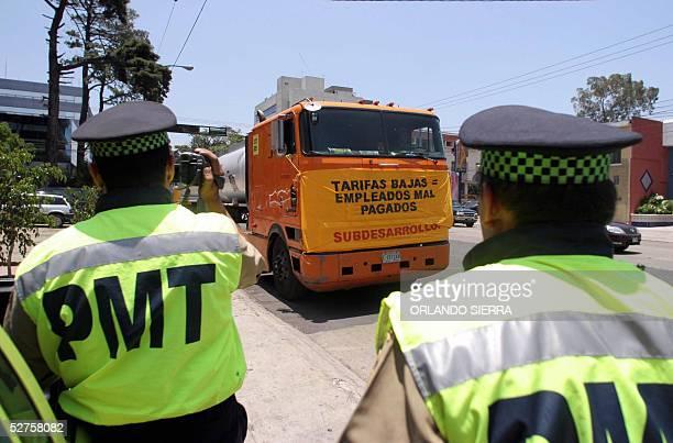 Un agente de la Policia Municipal de Transito graba en video el 04 de mayo de 2005 uno de los furgones que recorren Ciudad de Guatemala cuyos...