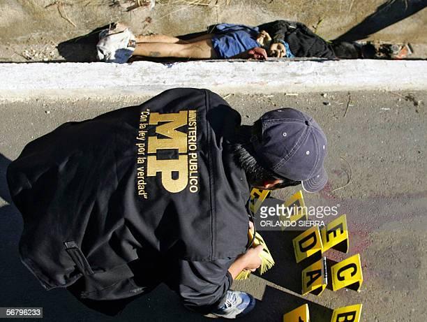 Un agente del Ministerio Publico se apresta a levantar evidencias en el sector de Las Charcas al sur de Ciudad de Guatemala el 09 de febrero de 2006...