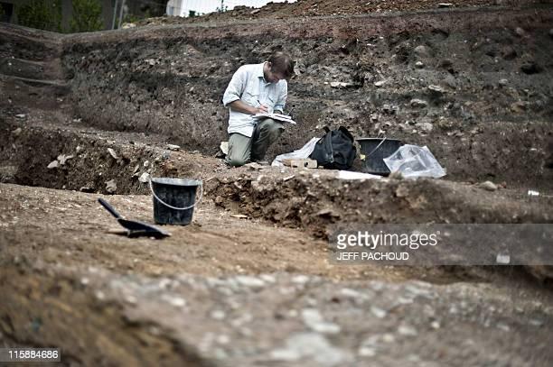 SOUS UN PARKING PROBABLEMENT LES VESTIGES DE LA PLUS ANCIENNE UNIVERSITE DE FRANCE Un archéologue réalise des fouilles le 6 juin 2011 à Autun Sous le...
