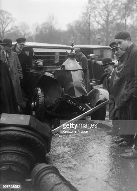 Un aspect de l'accident sur l'avenue des Champs Elysées qui n'a causé que des dégâts matériels le chapeau du lampadaire est retombé juste sur le...