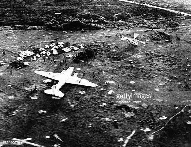 Un avion Douglas C-47 'Dakota' posé sur l'aérodrome de Diên Biên Phu au Viêt Nam dont la piste vient d'être réparée, le 20 novembre 1953.