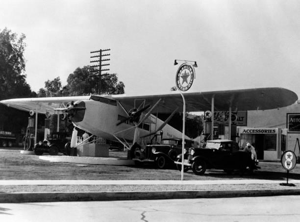 un poste d essence installé dans un avion pictures getty images