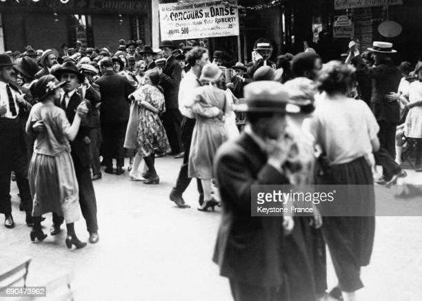 Un bal populaire français dans le cadre d'un coucours de danse circa 1910 en France