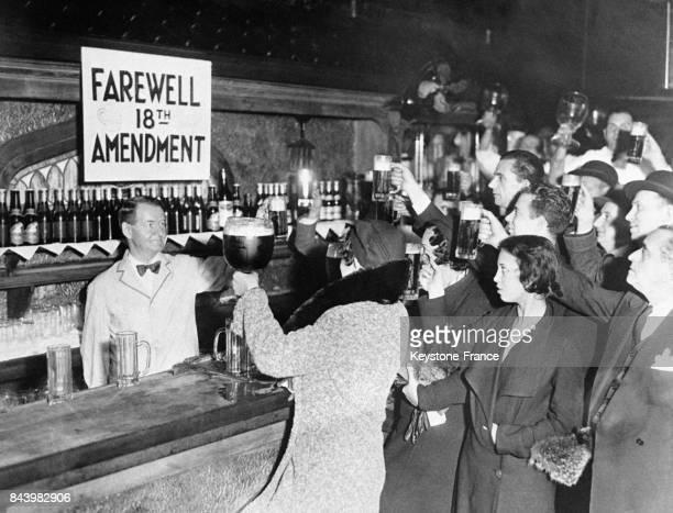 Un barman et ses clients trinquent à la victoire du candidat Roosevelt à l'élection présidentielle en espérant que son mandat correspondra à la fin...