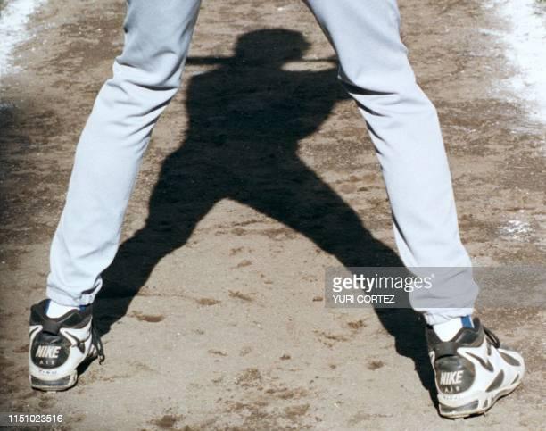 Un bateador dominicano se mantiene en el carril de espera para batear 24 de Junio durante un juego contra la seleccion de Venezuela disputado en...