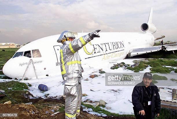 Un bombero da instrucciones junto a un DC10 de la Aerolinea Centurion Air Cargo que se accidento en el Aeropuerto Internacional El Dorado en Bogota...