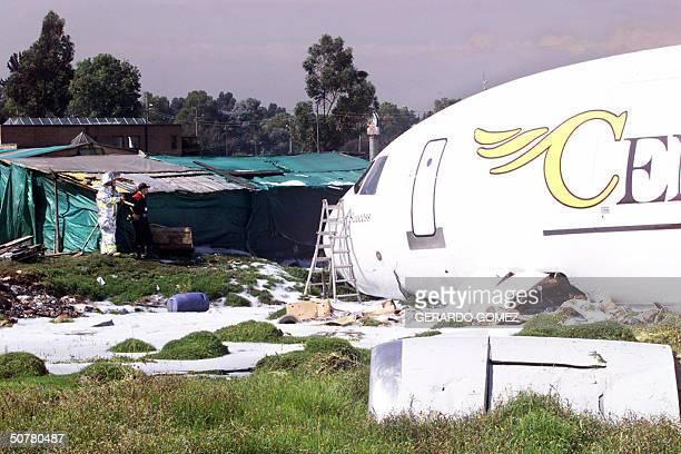 Un bombero observa a un DC10 de la Aerolinea Centurion Air Cargo que se accidento en el Aeropuerto Internacional El Dorado en Bogota el 28 de abril...