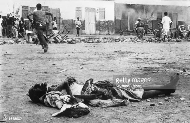 Un cadavre d'homme gisant dans la rue après les émeutes antifrançaises en Somalie française à Djibouti le 14 avril 1967