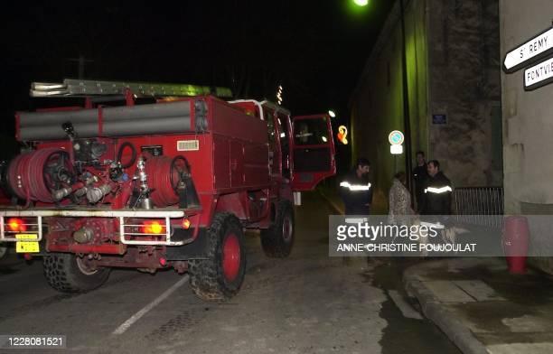 Un camion de pompier stationne, le 16 décembre 2000 à Saint-Etienne-du-Grès devant l'impasse menant au mas de l'artiste Amanda Lear où deux hommes...